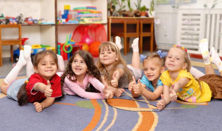 Легко распространяется в детских садах и школах